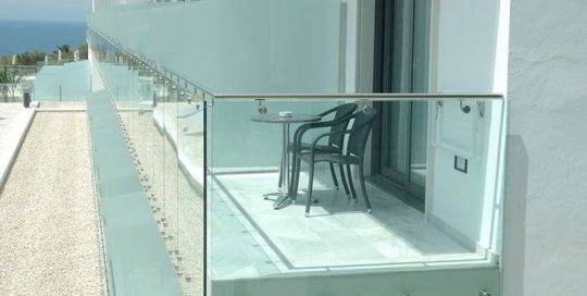 resort-modern-balcony-frameless-glass-railing-with-stainless-steel-glass-point-fixing
