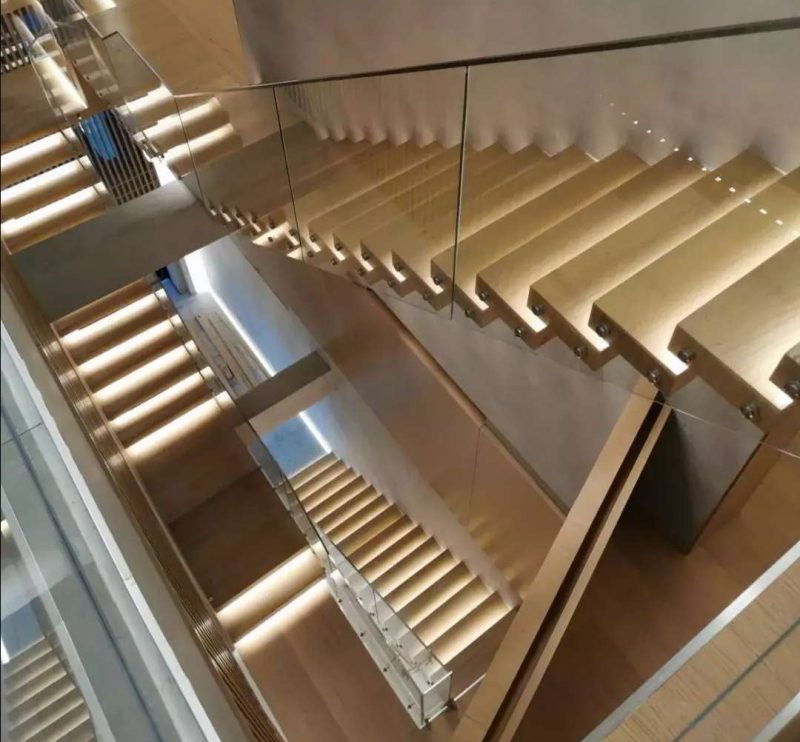 Villa Red Oak Tread Cantilevered Staircase with Glass Balustrade
